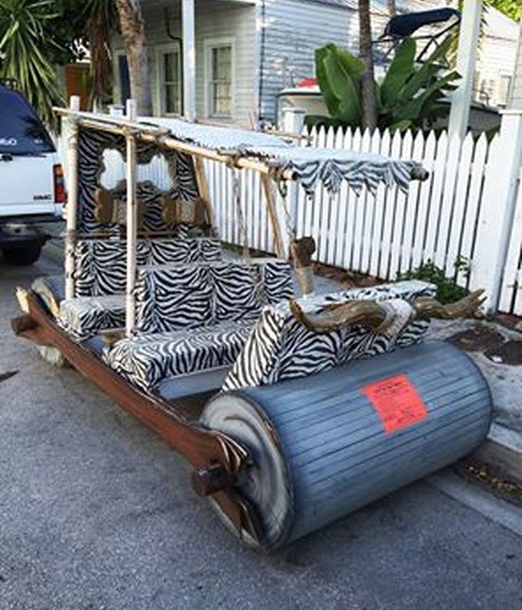 El coche de los Picapiedra mal aparcado