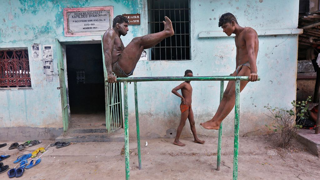 Dos luchadores se preparan para los campeonatos hindúes de lucha libre