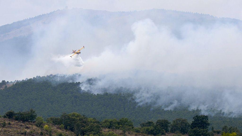 El primer medio aéreo regresa al fuego de Cogolludo en Guadalajara