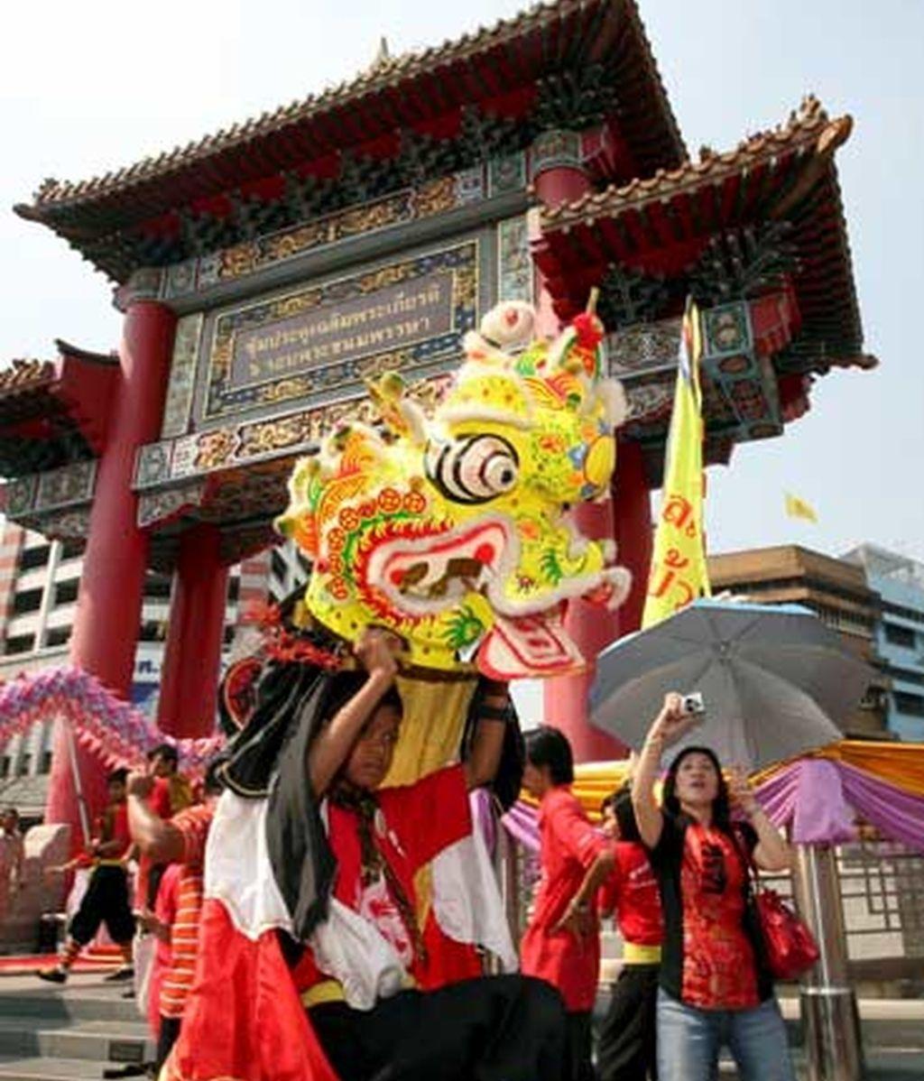 Millones de asiáticos celebraron la llegada del Año del Buey con fiestas, cenas, bailes y compras. En la imagen, un grupo de tailandeses la danza del león en el barrio chino durante el primer día del Año Nuevo chino, en Bangkok.foto:EFE
