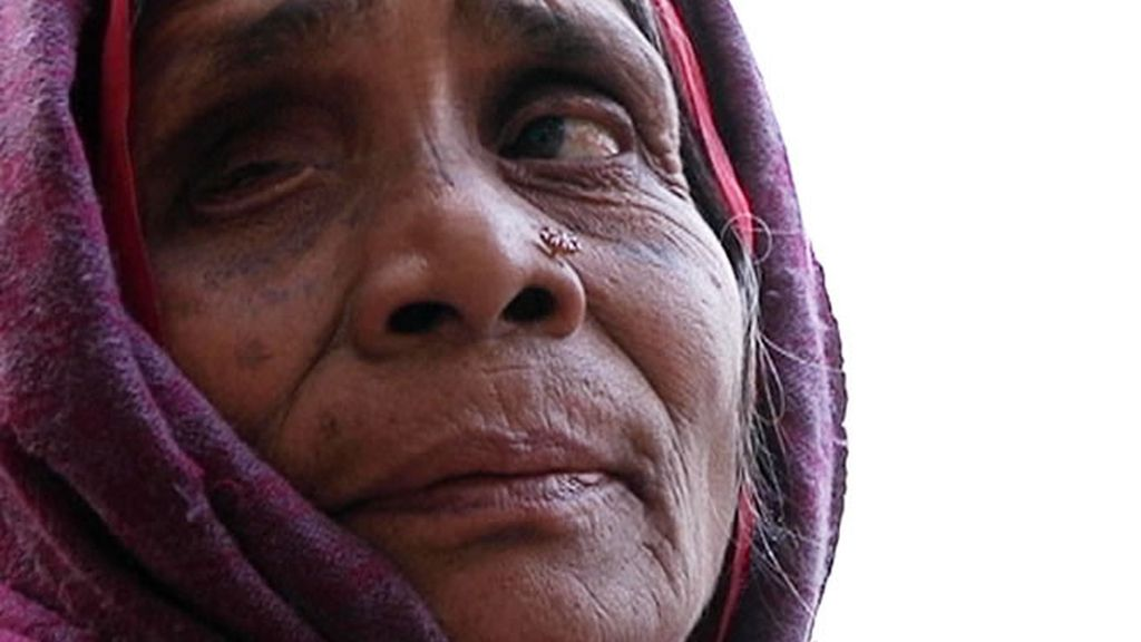 Una mujer anciana posa para la fotografía