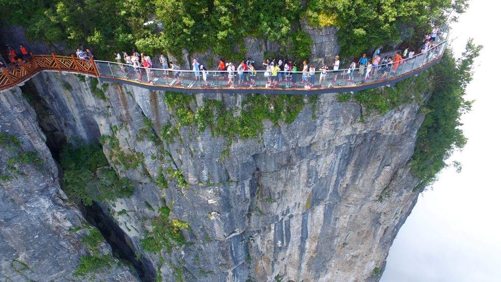 Inauguran un camino elevado de vidrio en una montaña de China