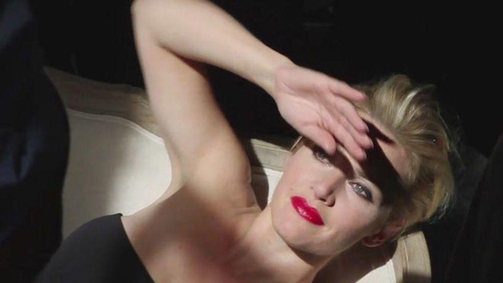 Kate Winslet se pinta los labios y se quita la ropa para Mario Testino