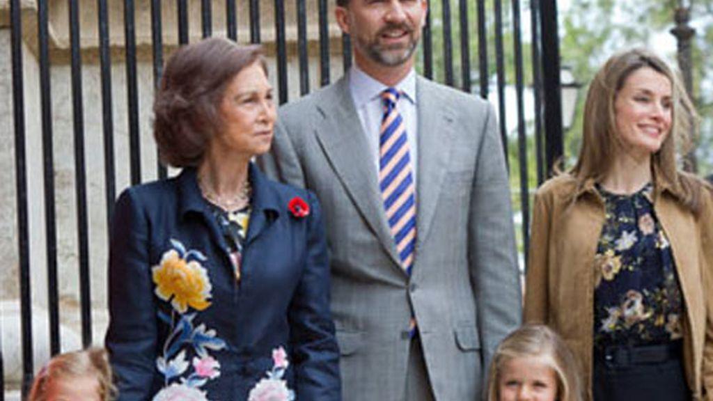 La reina Sofía, los príncipes de Asturias con sus hijas Leonor y Sofía, y las Infantas Elena y Cristina, a la salida de la misa de Domingo de Resurrección a la que han acudido esta mañana en la Catedral de Mallorca.