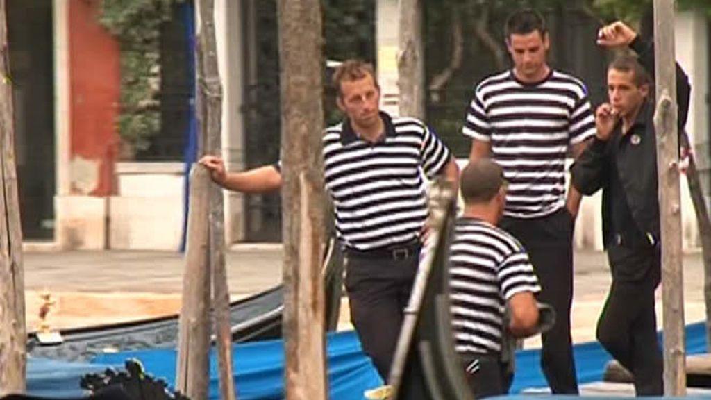 Gondola y jersey de rayas, los gondoleros son símbolo de Venecia