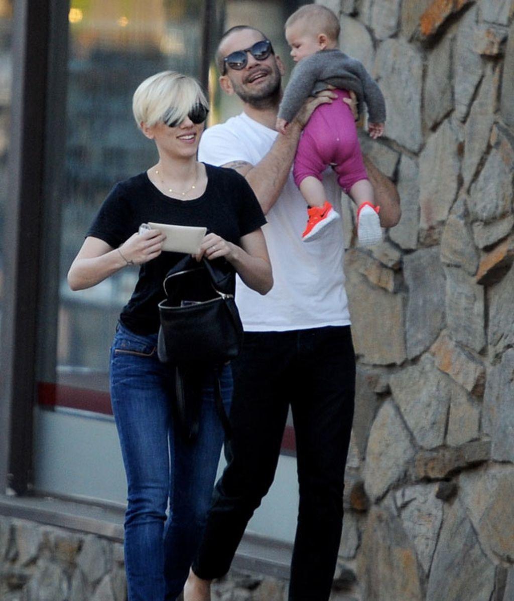 Fue Romain Dauriac quien llevó a su hija en brazos durante el paseo