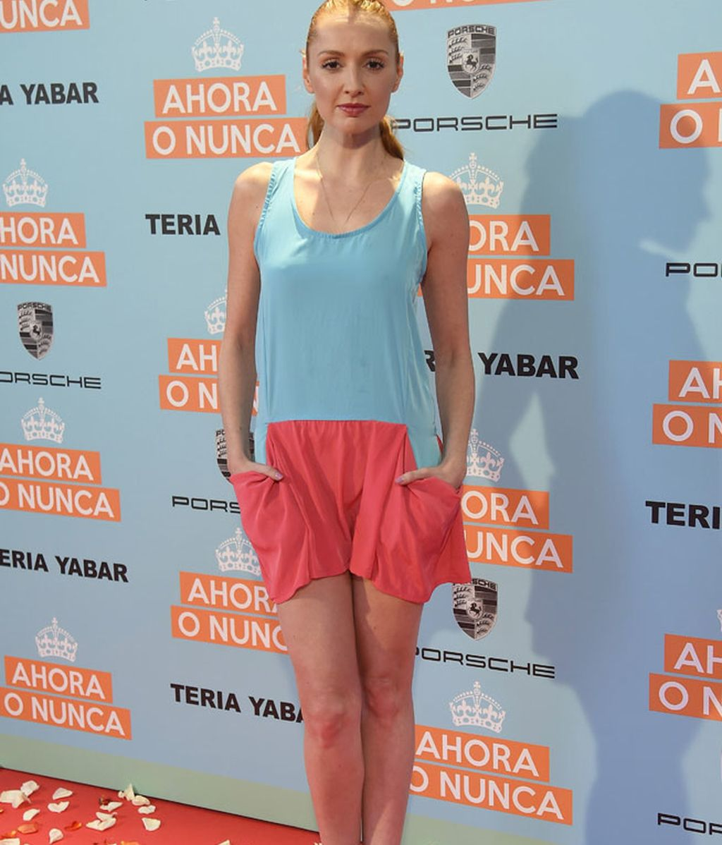 Cristina Castaño con un 'gym look'  con un mono azul y rojo