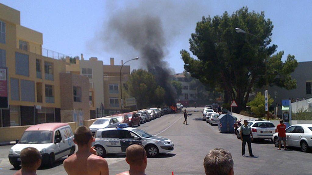 Un grupo de turistas observa la explosión