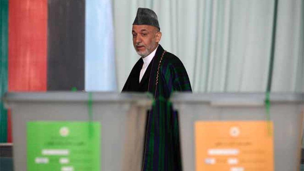 El presidente afgano en un colegio electoral