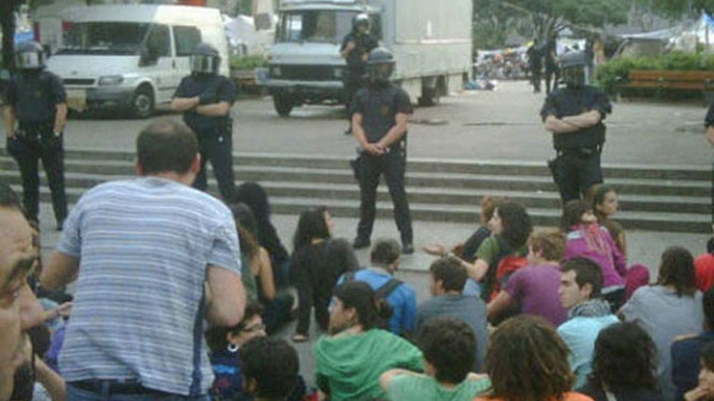 Los Mossos desalojan la Plaza de Cataluña para limpiar la zona