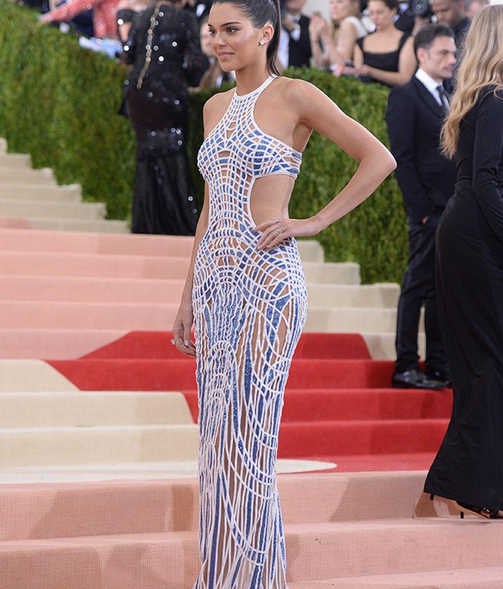 Kendall Jenner con vestido de Versace