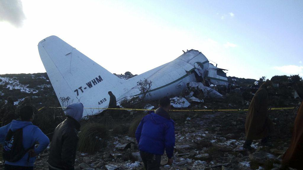 74 muertos y 28 desaparecidos en un accidente de avión en Argelia