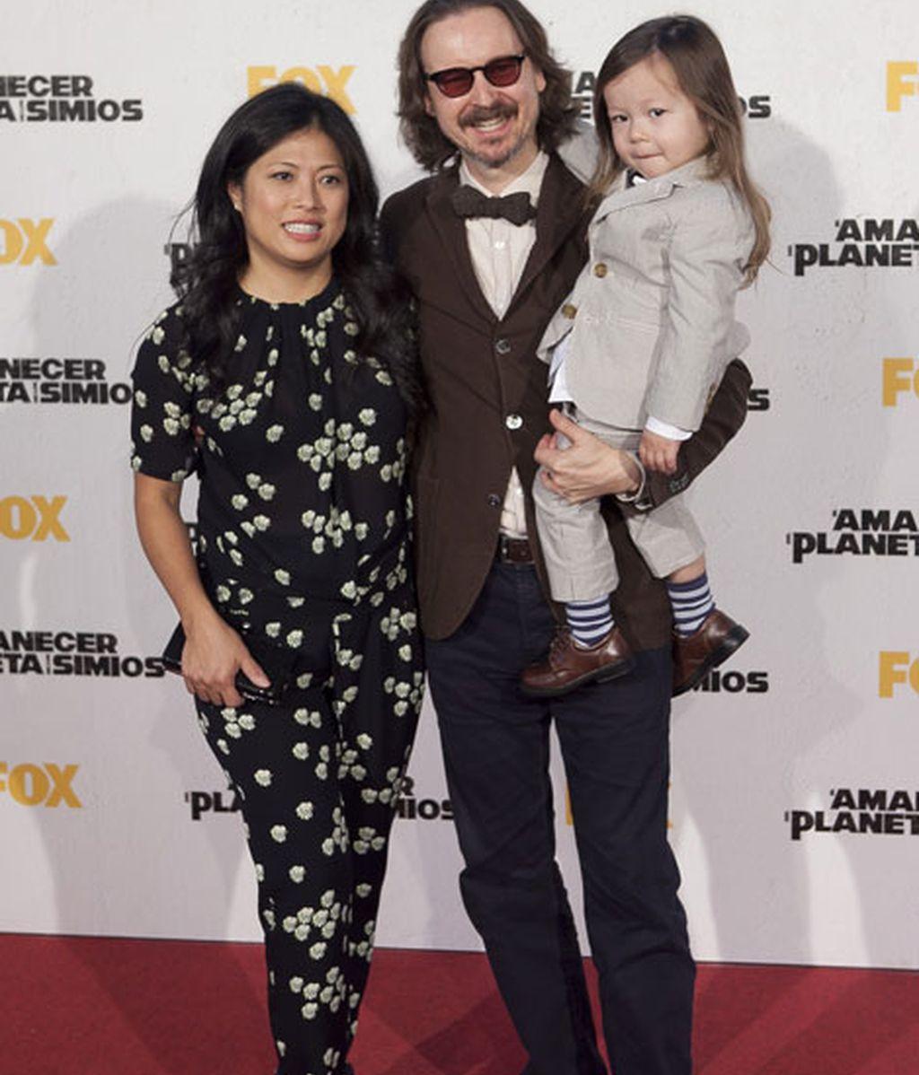 El director, Matt Reeves, junto a su familia