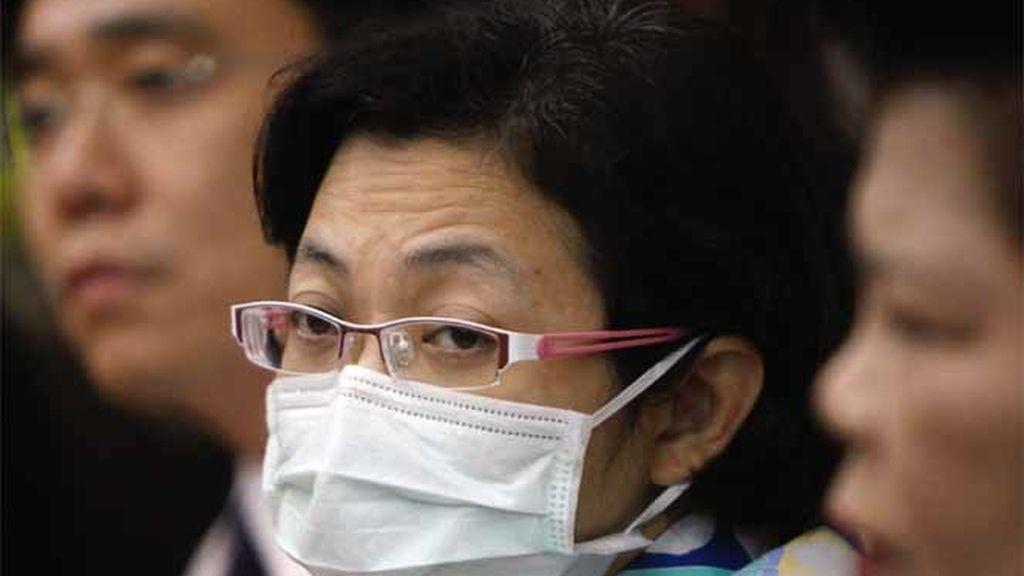 Un funcionario de salud tailandesa lleva una máscara durante una rueda de prensa en el Ministerio de Salud pública en la provincia Nonthaburi.