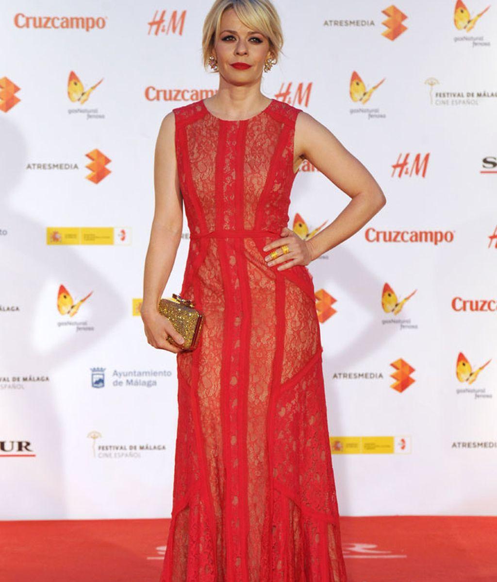 Maria Adanez, con vestido rojo y encajes a juego con sus labios