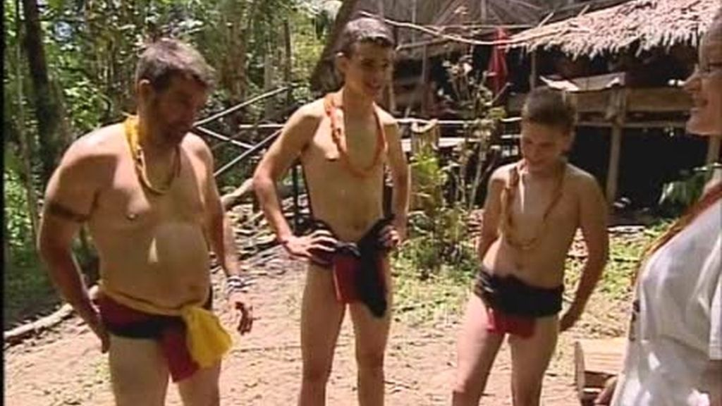El culo peludo de Luismi provoca risas entre als mentawai