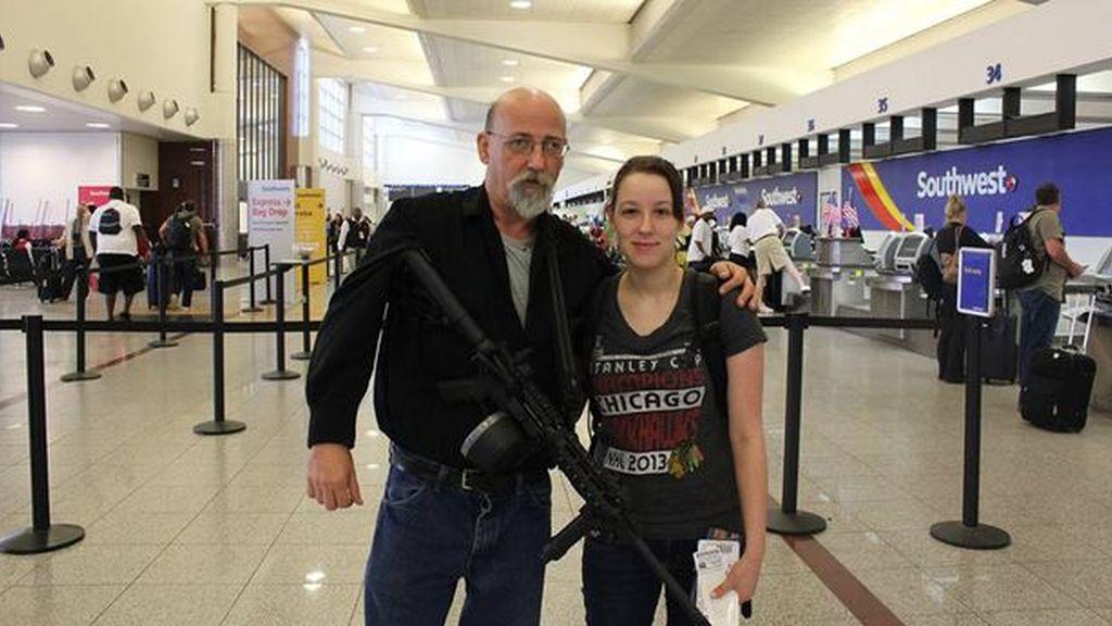Recoge a su hija al aeropuerto de Atlanta con un fusil colgado del brazo