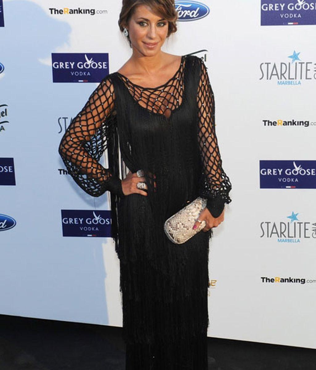Elena Tablada acudió con un vestido negro de flecos