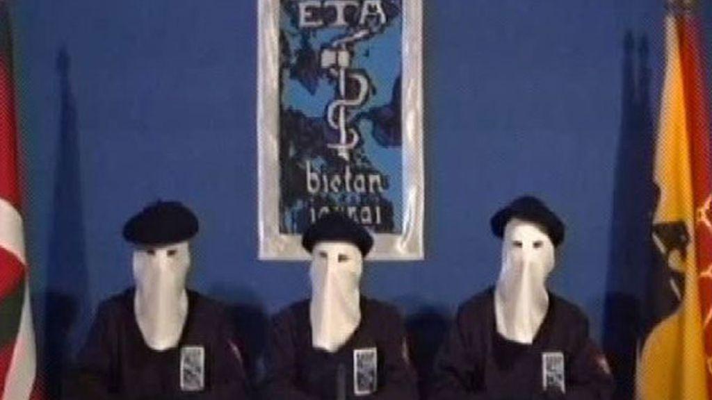 Tres miembros de ETA encapuchados en su última aparición pública.