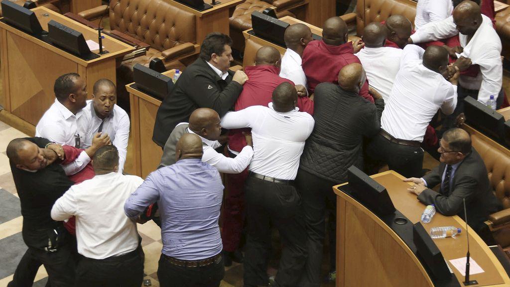 Pelea en el parlamento sudafricano