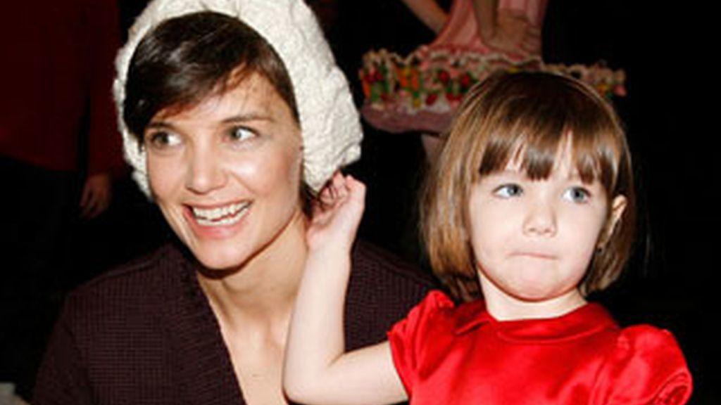 Katie Holmes con Suri Cruise. La actriz planea que su hija se reúna con la hija de Angelina Jolie y Brad Pitt para que jueguen juntas. Foto archivo