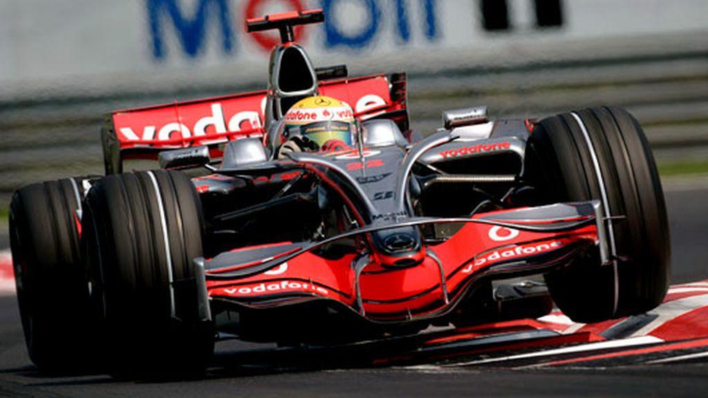 El McLaren de Hamilton vuela en Hungría