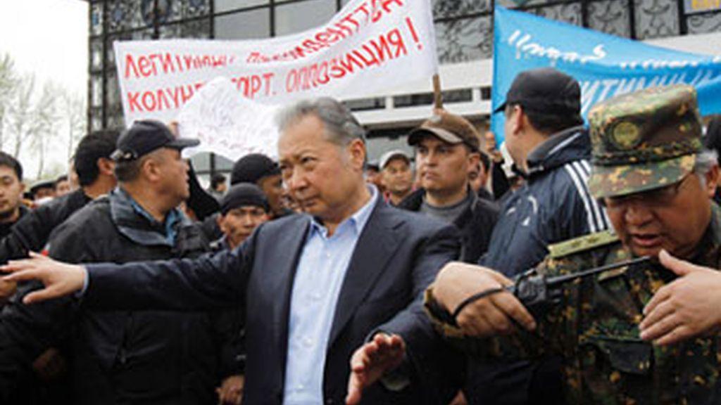 El presidente depuesto de Kirguizistán abandona el país