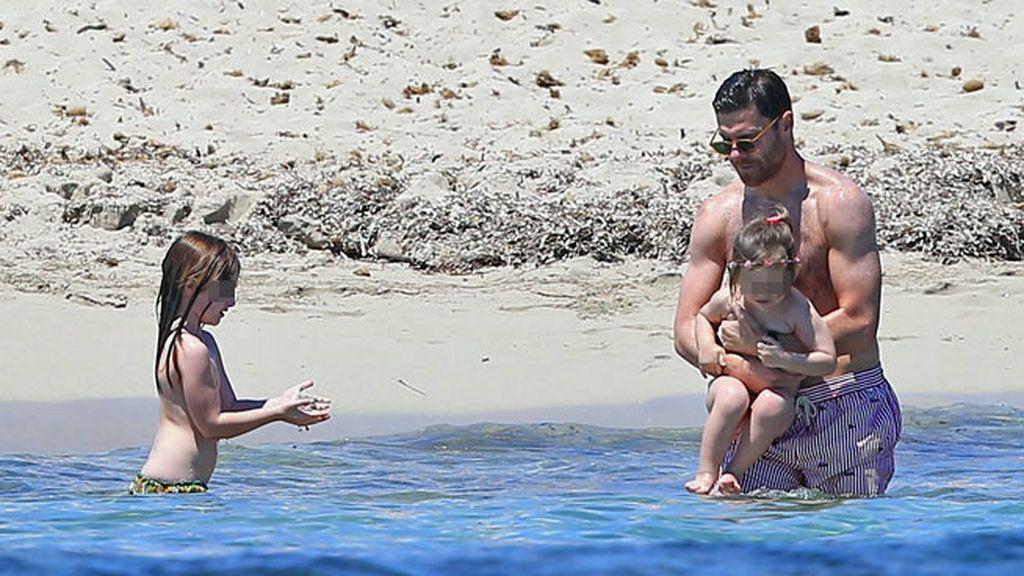 El chapuzón ibicenco de Xabi Alonso con sus hijas Ane y Emma