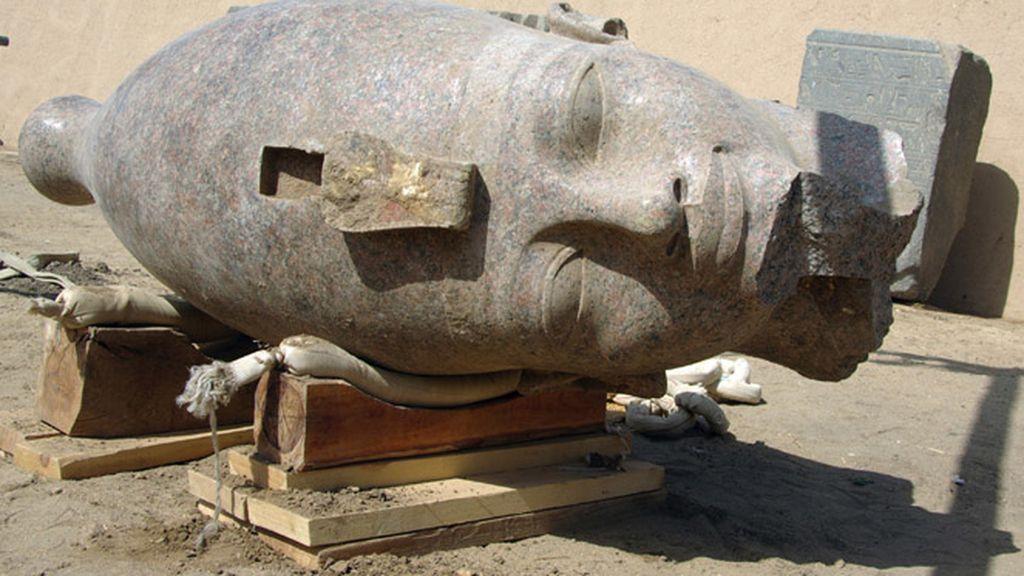 La cabeza de Amenhotep III, al descubierto