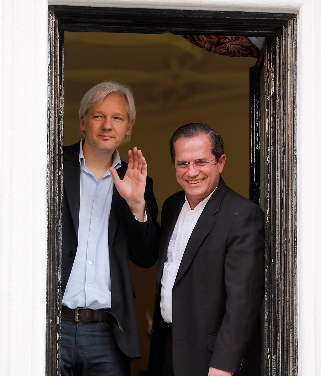 Assange con el ministro de Exteriores de Ecuador, Ricardo Patino