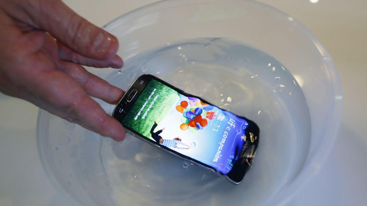 Un móvil en el agua
