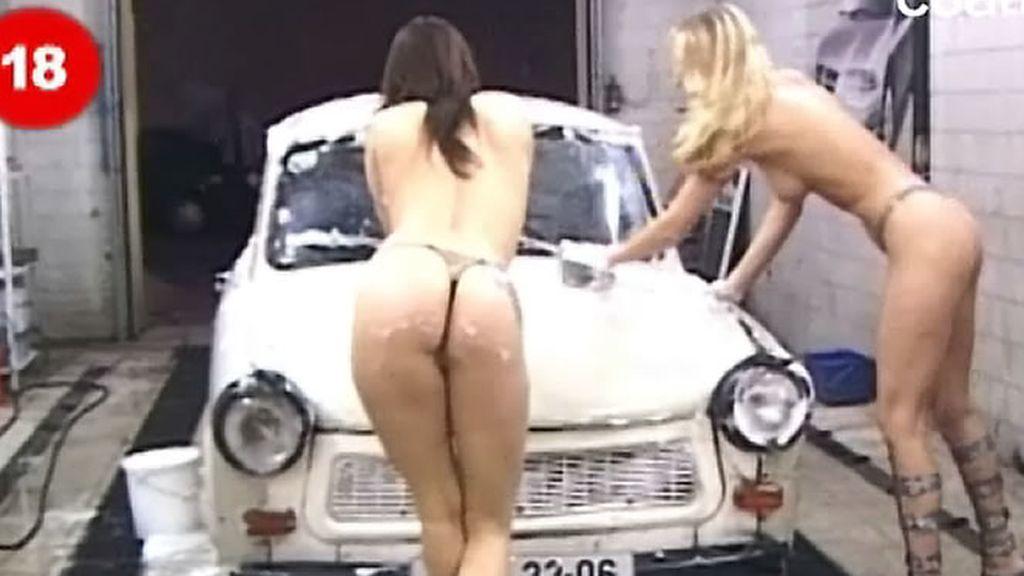 Lavando coches semidesnudas