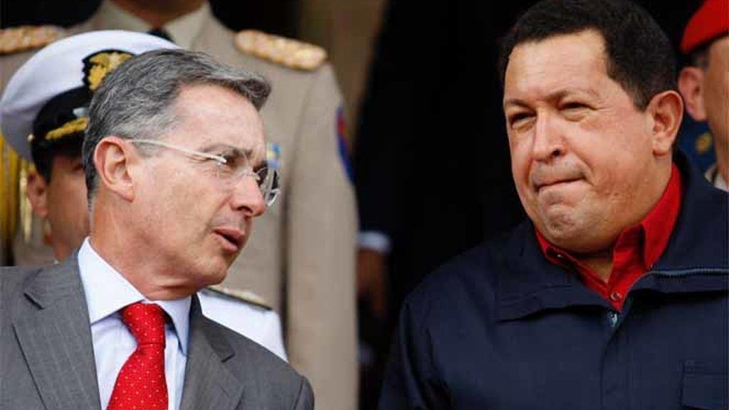 El presidente venezolano, Hugo Chávez, recibe a su homólogo colombiano, Álvaro Uribe, en el Palacio de Miraflores