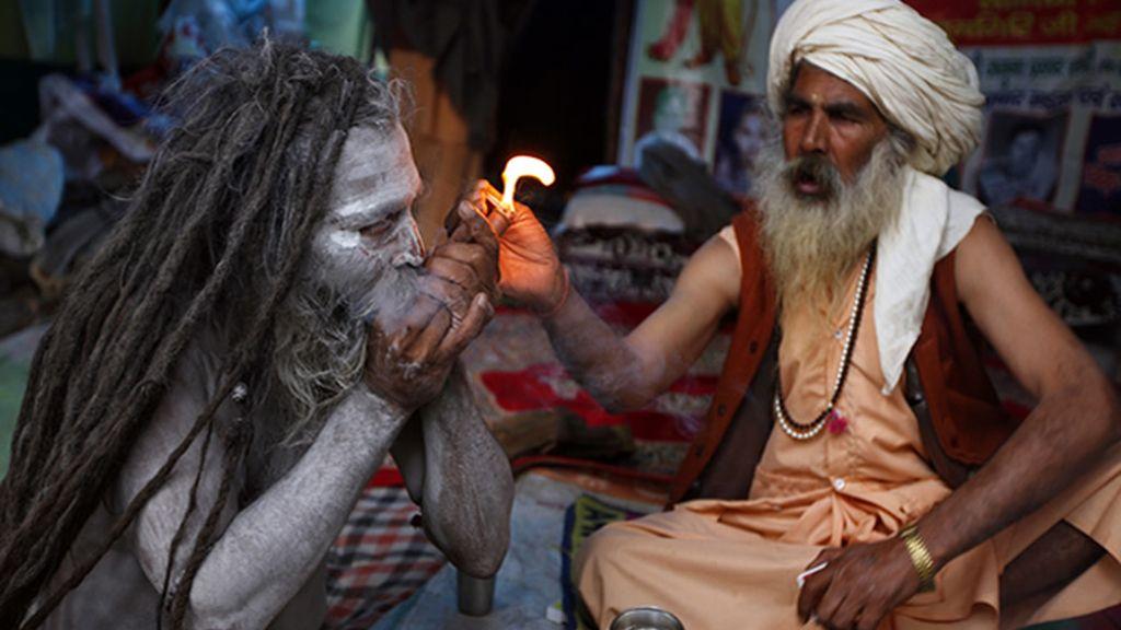 Un Sadhu fumando hachís