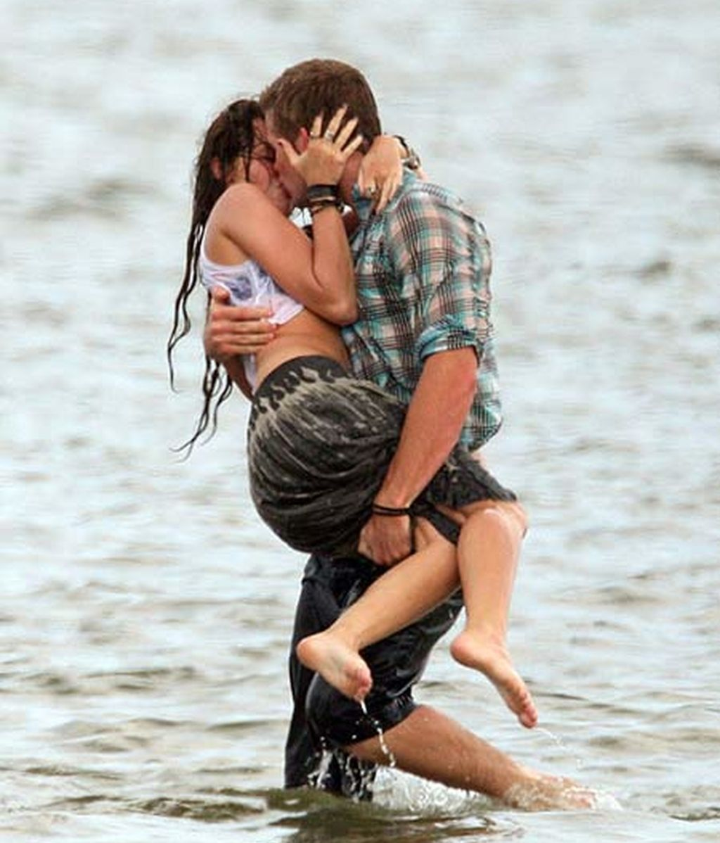 Miley Cyrus y Liam Hemsworth en una apasionada escena