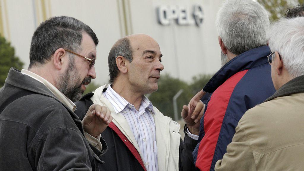 Trabajadores a las afueras de la planta Opel de Figueruelas
