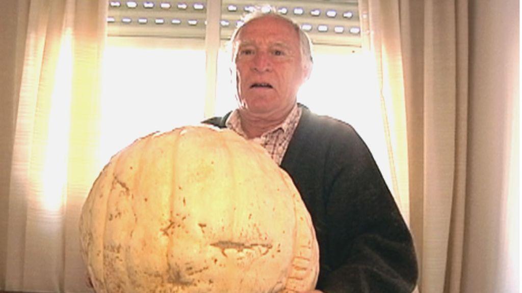 Orgulloso y feliz, un vecino nos muestra una calabaza gigante
