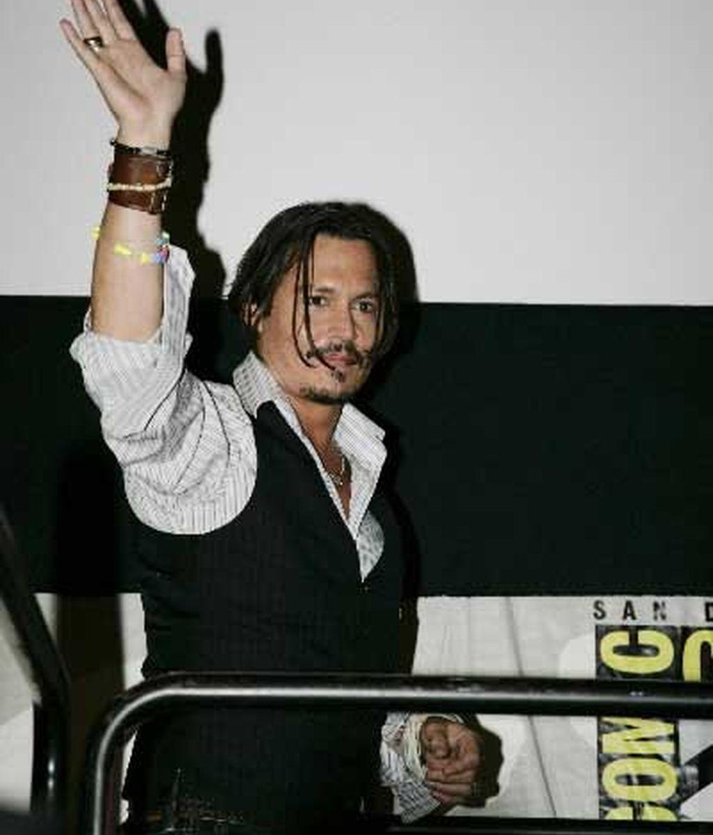 Johnny Depp saluda a sus fans en Comic-Con. Foto: AP