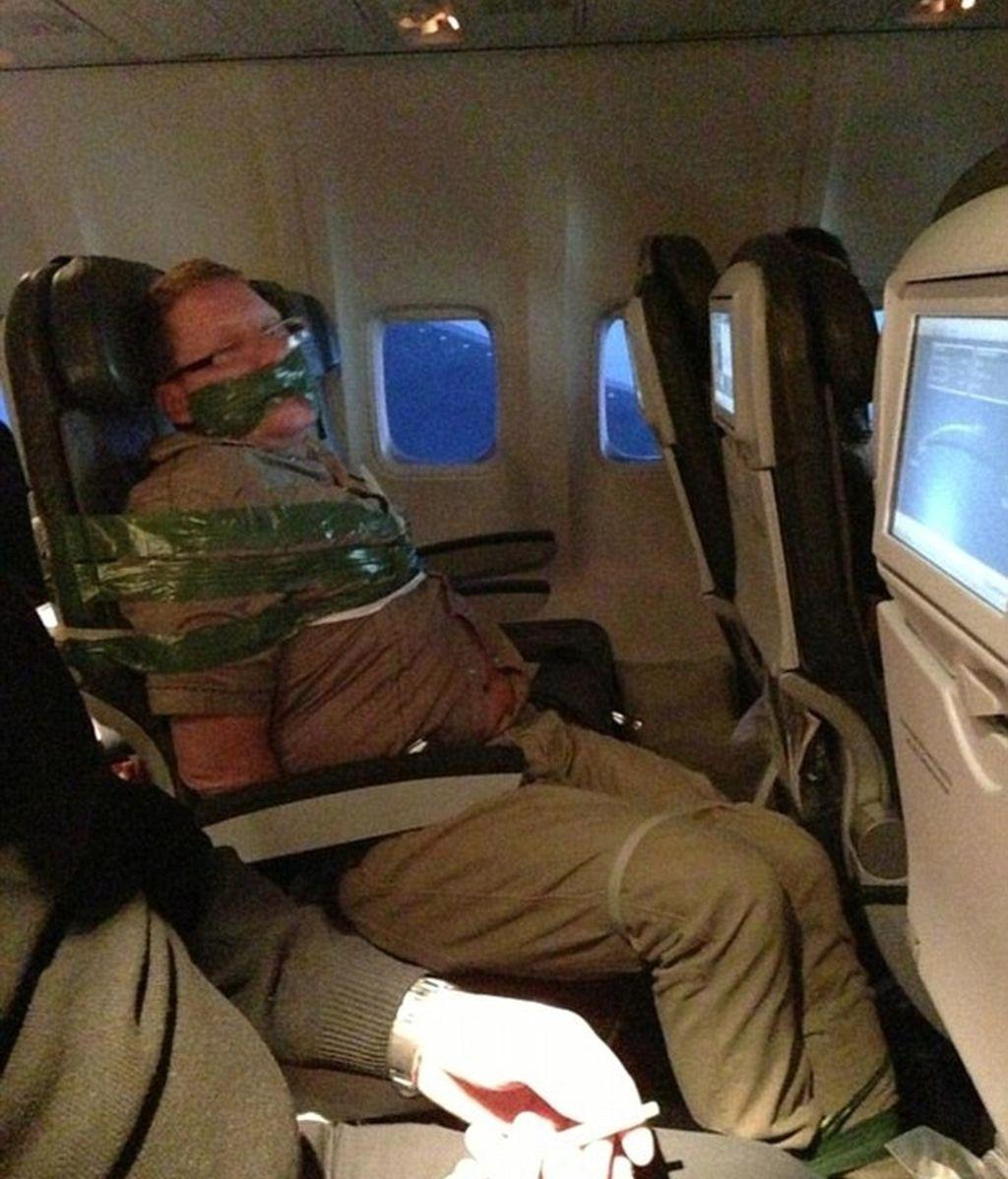 Atado a su asiento del avión por ir borracho y armar un escándalo. Foto: DailyMail