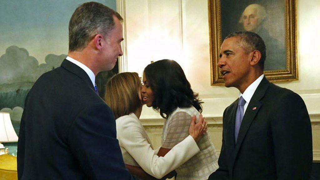 Obama y Felipe VI, con traje oscuro y corbatas, ambas en tonos morados
