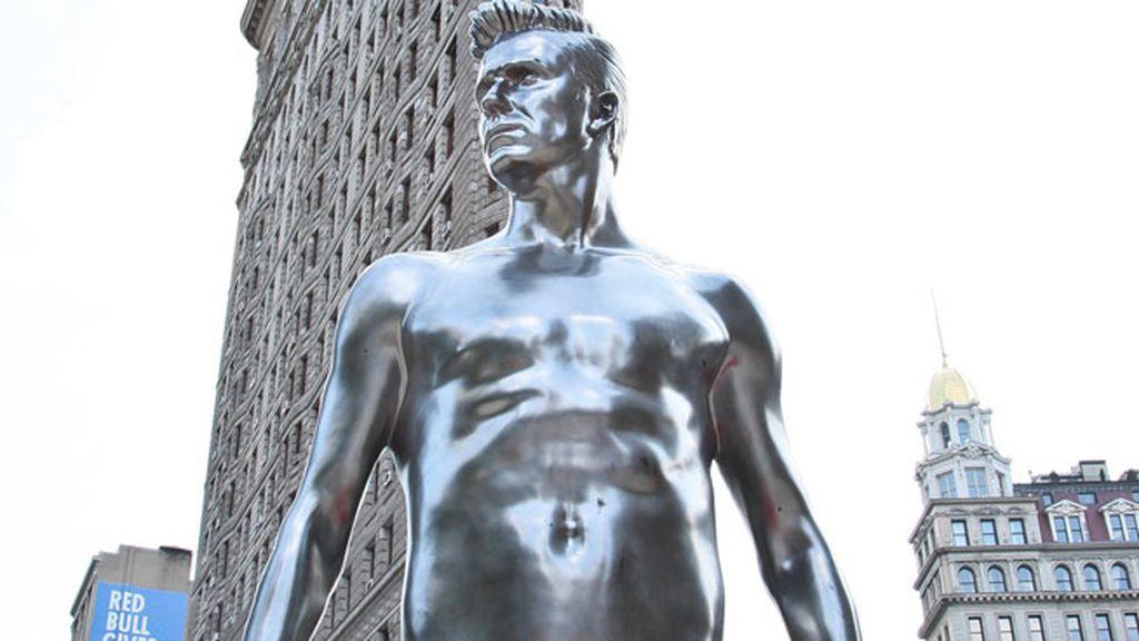 En la última, para H&M, hasta le han creado nueve estatuas... posando