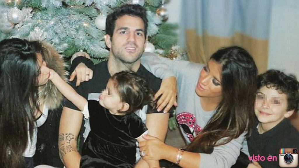 El posado navideño de Cesc Fábregas, su chica y sus tres hijos frente al árbol