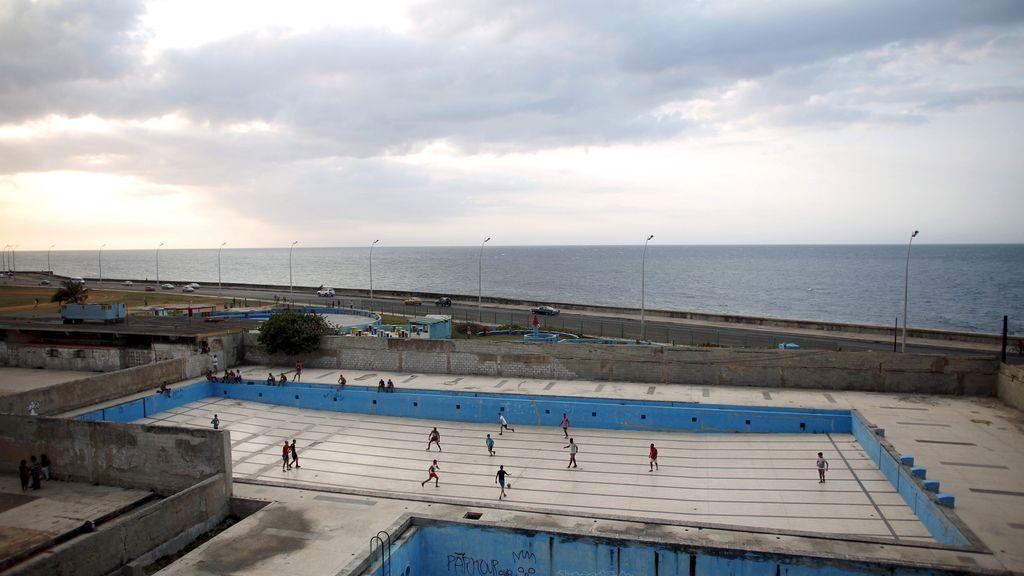 Cualquier sitio es un buen lugar para improvisar un campo de fútbol (28/02/2016)