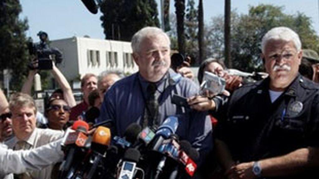 El jefe de operaciones del equipo forense de Los Ángeles, Craig Harvey, habla con la prensa en esa ciudad californiana (EE.UU.), después de que se completaran 3 horas de la autopsia al cuerpo del cantante estadounidense Michael Jackson. Foto AP
