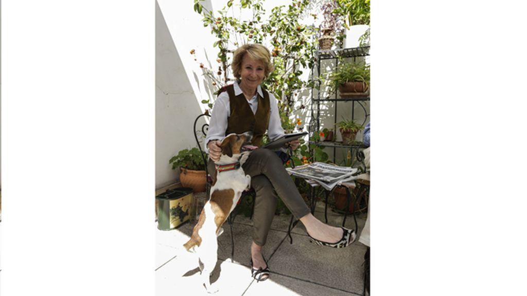 Esperanza Aguirre reflexiona junto a su perro Pecas