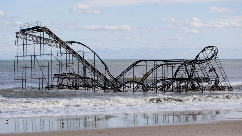 Una montaña rusa ha volado hasta el mar por los efectos del huracán Sandy