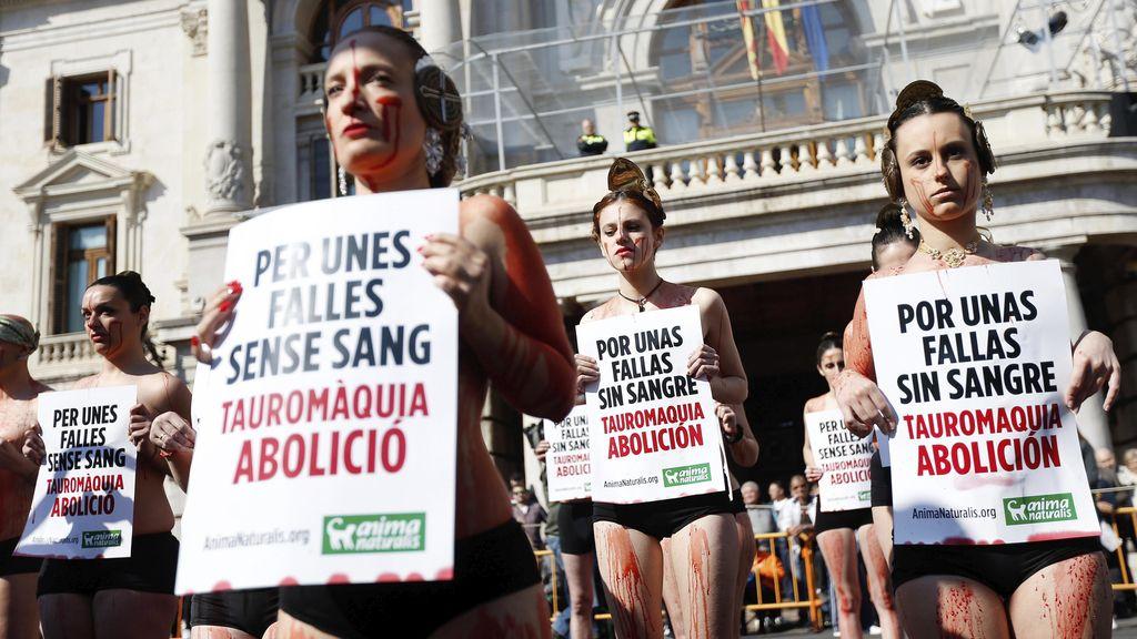 Antitaurinos 'ensangrentados' protestan por los 100 toros muertos durante las Fallas