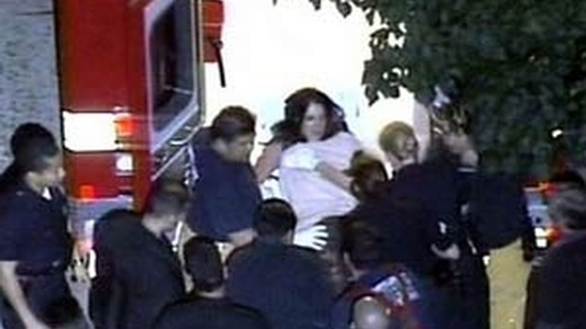 Britney sale de su mansión en camilla. Foto: archivo