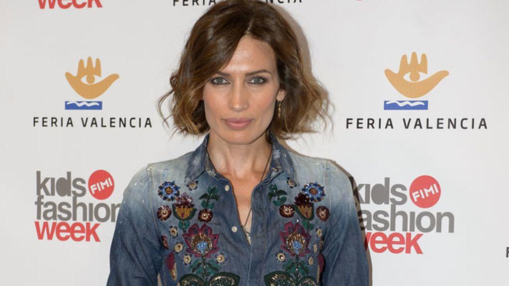 Nieves Alvarez, como diseñadora, acudió con un look vaquero con detalles de flores