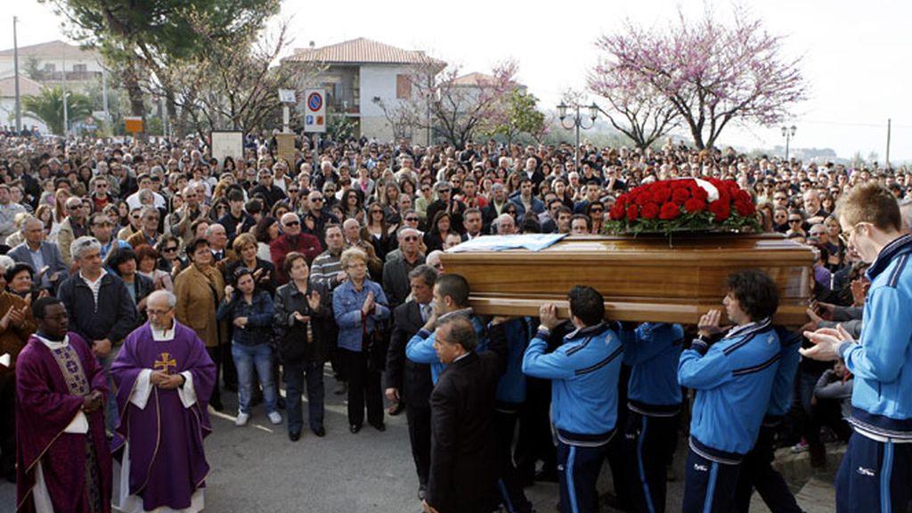 Italia entierra a sus muertos